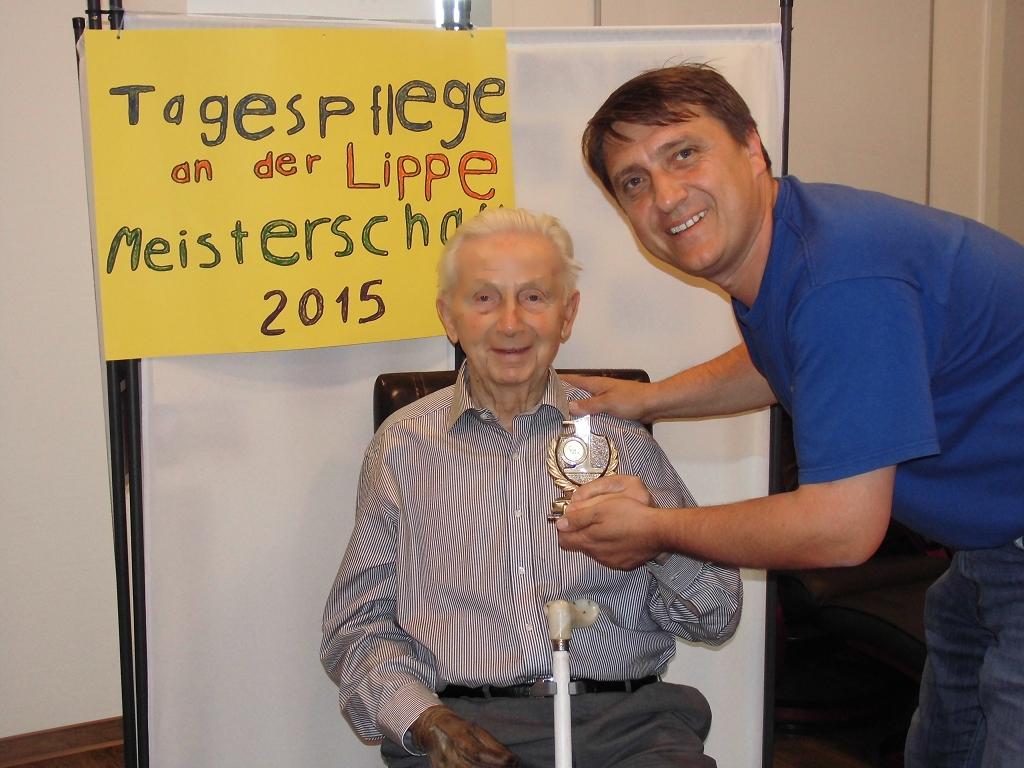 Herr Goran Petrovic (Leitung der Tagespflege an der Lippe) gratuliert Herrn Dzaeck zum Titel 2015